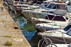 Mały schronienie tłoczący się z żeglowanie łodziami Fotografia Royalty Free