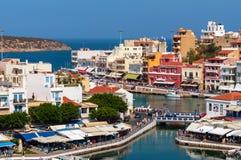 Mały schronienie z cumować łodziami rybackimi przy Aghios Nikolaos miasteczkiem na Crete wyspie, Grecja Zdjęcie Royalty Free