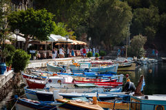 Mały schronienie z cumować łodziami rybackimi przy Aghios Nikolaos miasteczkiem na Crete wyspie, Grecja Obrazy Stock