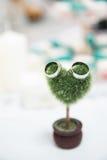 Mały serce kształtująca roślina z obrączkami ślubnymi Zdjęcia Stock