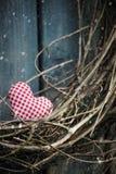 Mały serce na Bożenarodzeniowym wianku Zdjęcie Stock
