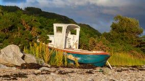 Mały shipwreck przy loch z kamień plażą Fotografia Stock