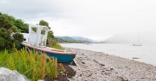 Mały shipwreck przy loch z kamień plażą Zdjęcie Stock