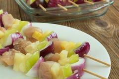 Mały skewered mięso i warzywa mieszamy, piec na grillu Zdjęcia Royalty Free