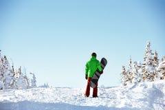 Mały snowboarder jazda na snowboardzie copyspace pojęcie Obrazy Royalty Free