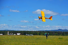 Mały sporta samolot lata przy niską wysokością Mężczyzna bierze lot na wideo Zdjęcie Royalty Free