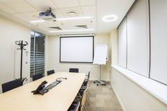 Mały spotkanie lub stażowy pokój z TV projektorem fotografia royalty free
