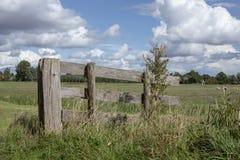 Mały stary hash ogrodzenie w łące i błękitnym chmurnym niebie obrazy stock