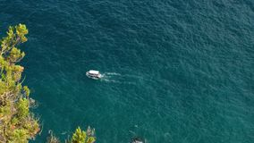 Mały statek żegluje na morzu zbiory wideo