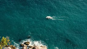 Mały statek żegluje na morzu zbiory