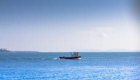 Mały statek w morzu błękitny denny niebo fotografia stock