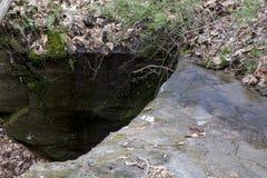 Mały strumień biega nad falezą obraz stock