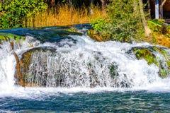 Mały strumień i siklawa w utrzymanej naturze Zdjęcia Royalty Free