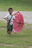 Mały Studencki chłopiec odprowadzenie w jego szkole fotografia royalty free