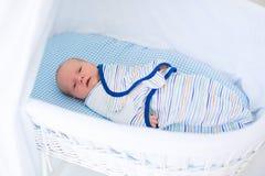 Mały swaddled dziecko w białym łóżku Fotografia Royalty Free