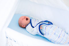 Mały swaddled dziecko w białym łóżku Zdjęcie Royalty Free