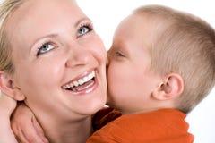 Mały syn całuje mum Obraz Royalty Free