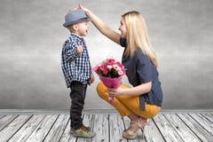 Mały syn daje jego ukochany matce pięknemu bukietowi różowe róże Wiosna, pojęcie rodzinny wakacje Kobiety ` s dzień, macierzysty  zdjęcia royalty free