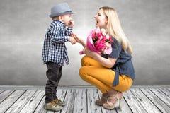 Mały syn daje jego ukochany matce pięknemu bukietowi różowe róże Wiosna, pojęcie rodzinny wakacje Kobiety ` s dzień, macierzysty  obrazy royalty free