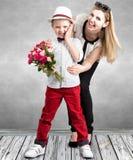 Mały syn daje jego ukochany matce pięknemu bukietowi różowe róże Wiosna, pojęcie rodzinny wakacje Kobiety ` s dzień, macierzysty  obraz royalty free