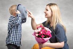 Mały syn daje jego ukochany matce pięknemu bukietowi różowe róże Wiosna, pojęcie rodzinny wakacje Kobiety ` s dzień, macierzysty  fotografia stock