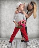Mały syn daje jego ukochany matce pięknemu bukietowi różowe róże Wiosna, pojęcie rodzinny wakacje Kobiety ` s dzień, macierzysty  fotografia royalty free