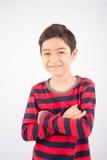 Mały szczęśliwy chłopiec śmiech patrzeje kamerę obrazy royalty free