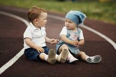 Mała szczęśliwa chłopiec i dziewczyna obrazy stock