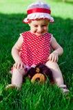 mały szczęśliwy dziewczyna gazon Zdjęcie Stock