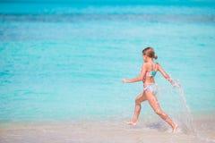 Mały szczęśliwy dziewczyny chełbotanie Dzieciak biega turkusowy wodny przygotowywający pływanie obrazy royalty free