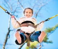 Mały szczęśliwy dziewczyny doskakiwanie na trampoline Zdjęcia Stock