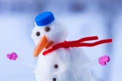 Mały szczęśliwych bożych narodzeń bałwan z różowymi rękawiczkami plenerowymi godziny krajobrazu sezonu zimę Zdjęcie Royalty Free
