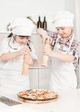 Mały szef kuchni w kuchennym narządzania jedzeniu Zdjęcia Royalty Free