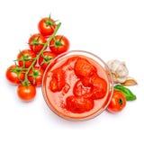 Mały szklany condiment puchar czerwony pomidorowego kumberlandu ketchup peree obraz royalty free