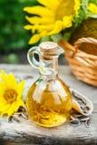 Mały szklany dzbanek z świeżym słonecznikowym olejem Obraz Stock