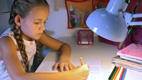 Mały szkoła podstawowa uczeń robi pracie domowej zbiory wideo