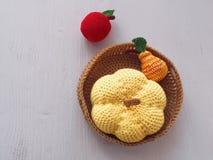 Mały szydełkowy kosz z owoc i banią Trykotowe zabawki Odgórny widok zdjęcie royalty free
