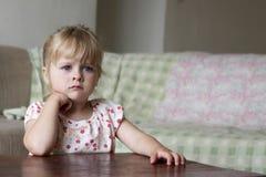 mały telewizor dziewczyny patrzą obrazy royalty free
