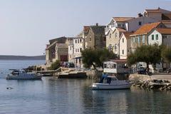 Mały turystyczny grodzki Primosten na Dalmatyńskim wybrzeżu w Chorwacja Zdjęcie Royalty Free