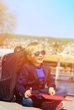 Mały turystyczny patrzeje dotyka ochraniacz podczas gdy podróż Zdjęcie Royalty Free