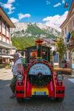Mały turystyczny pociąg dolomity w historycznym centrum Cortina d «Ampezzo fotografia stock