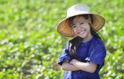 Mały uśmiechnięty dziewczyna rolnik na zielonych polach obraz royalty free