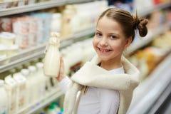 Mały Uśmiechnięty dziewczyny kupienia mleko obrazy stock