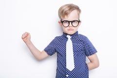 Mały uroczy dzieciak w krawacie i szkłach szkoła preschool Moda Pracowniany portret odizolowywający nad białym tłem Zdjęcie Stock