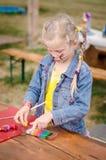 Mały uroczy dziecka bawić się z sztuki ciastem fotografia stock