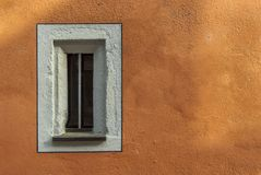 Mały wąski okno w starym wznawiającym budynku z nową malującą fasadą Obrazy Royalty Free