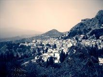 Mały Włoski miasteczko Taormina przy stopą góra Etna w czarny i biały; dramatyczny retro styl Obrazy Stock