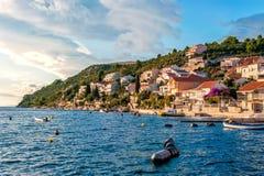 Mały wakacyjny kurort na Chorwackim wybrzeżu przy zmierzchem Obraz Royalty Free
