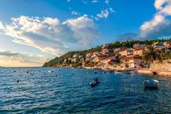 Mały wakacyjny kurort na Chorwackim wybrzeżu przy zmierzchem Zdjęcie Royalty Free
