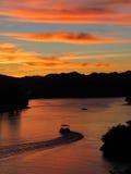 Mały watercraft przewodzi do domu przy zmierzchem na Kolorado rzece obraz royalty free